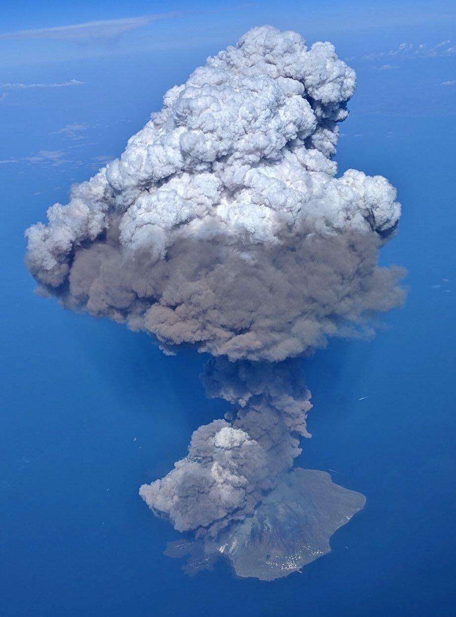 Stromboli - le panache et la coulée pyroclastique - à gauche de la photo, avec deux traces en mer ) les taches blanches à droite en bordure de l'île correspondent au village de Ginostra - photo Anil Charley / Twitter