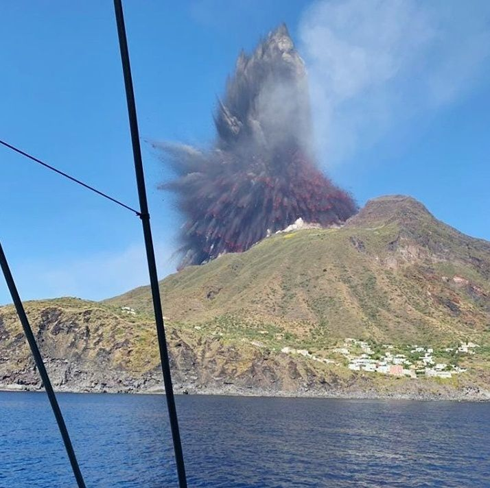 Stromboli - beginning of the paroxysm of 03.07.2019 - photo Francisco Rinauro via Facebook different sources