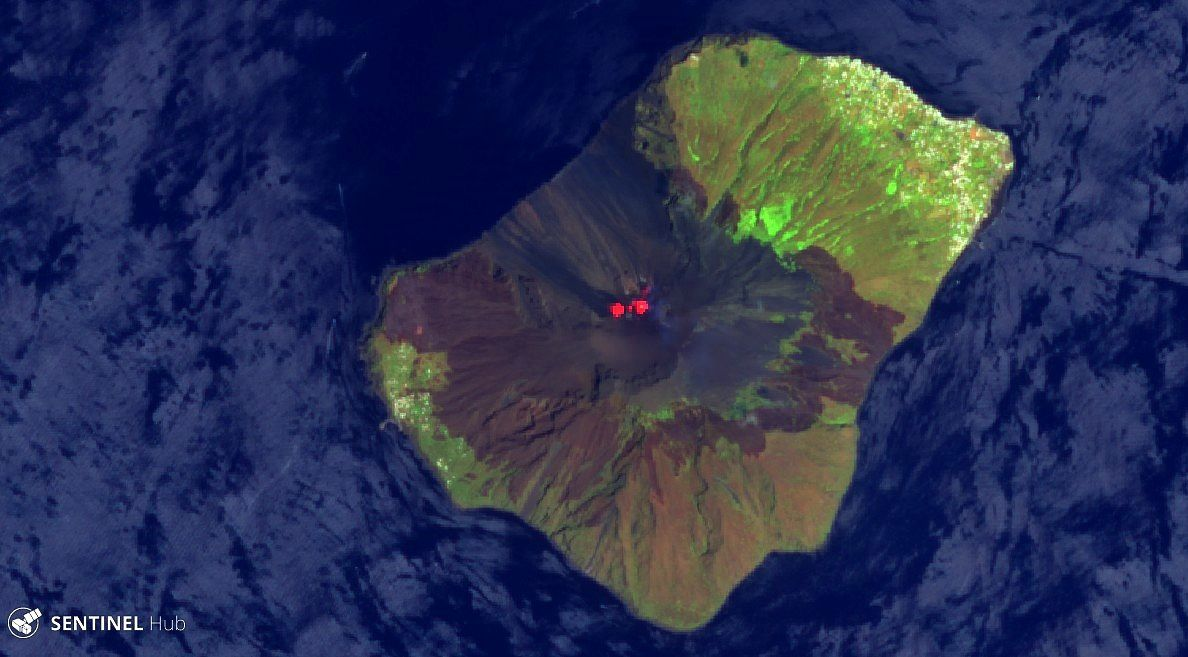 Stromboli - extension of burned or ash-covered areas, particularly in the direction of Giostra (left of the image) and cooling lava flow in the Sciara del Fuoco - Sentinel-2 image bands 11,8,2 agriculture / 07.07. 2019