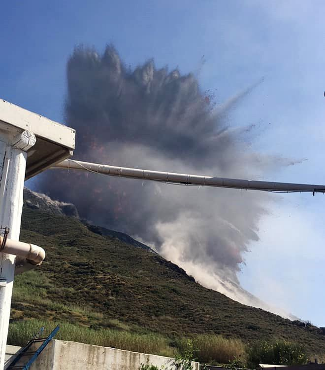 Stromboli - explosion during the paroxysm of 03.07.2019 / 16:45 - Photo Osservatorio Stromboli