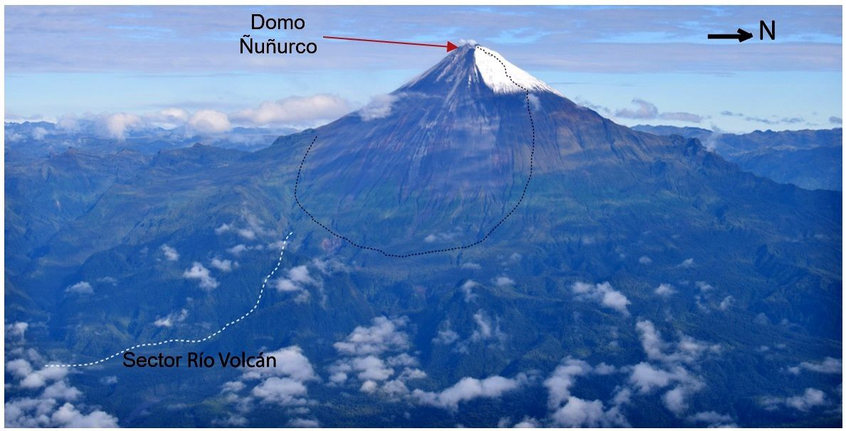 Sangay flank E and SE - zone of pyroclastic deposits of dome Ñuñurco in black dashed - sector of Volcán rio is white dotted - Photo M. Almeida / IGEPN 17.05.2019