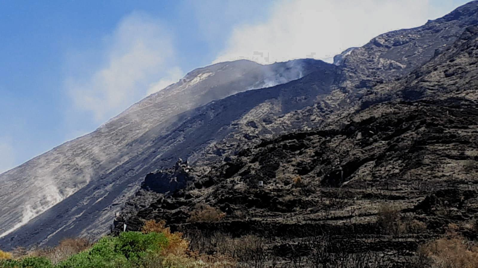 Stromboli - lava flow in the upper part of the Sciara and rock falls - photo F. Murè / 11.07.2019 at 15:30