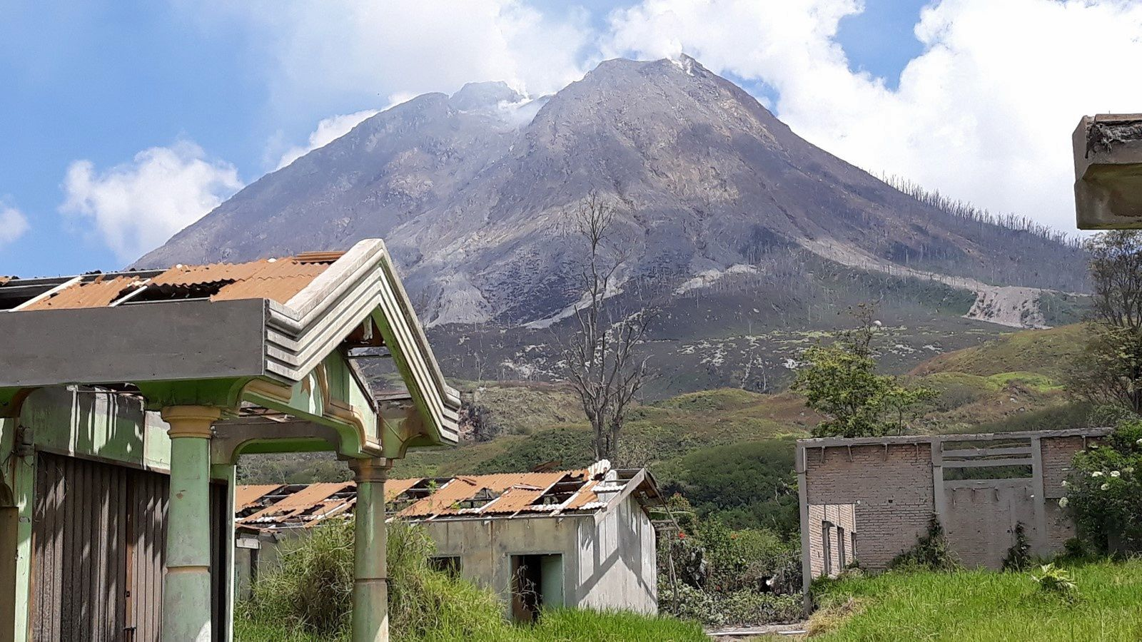 Sinabung - abandoned village of Suka Nalu / northeastern slope .Tits collapsed by the weight of ashes. We will notice the absence of dome at the top. - photo © Thierry SLUYS on 15.07.2019