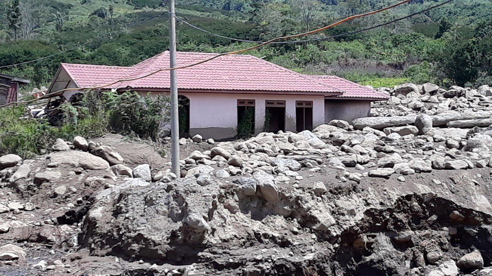 Sinabung - une maison détruite par un lahar sur le versant Nord  - photo © Thierry SLUYS le 15.07.2019
