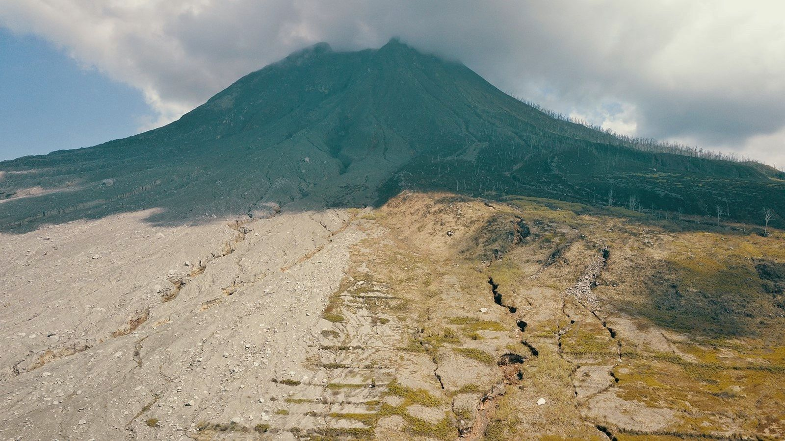 Sinabung - deposits of pyroclastic flows on the eastern slope - photo © Thierry SLUYS on 15.07.2019