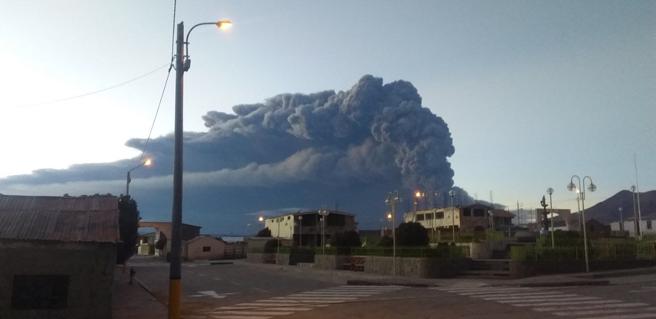 Ubinas - plume of ash and gas towards the East - photo IG Peru