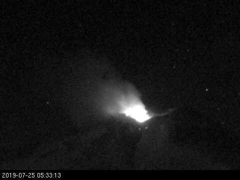 Nevados of Chillan - incandescence and emission of gas the 25.07.2019 / 5h33 - webcam Sernageomin