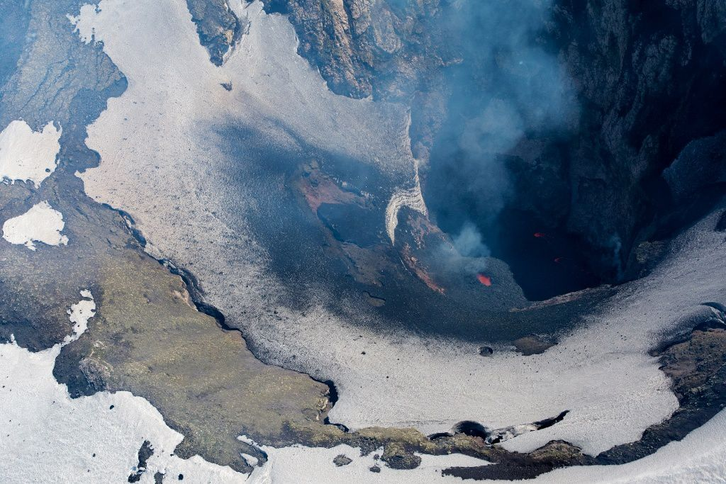 Shishaldin crater - lava and a small spatter cone on 23.07.2019. 14:39 and 14:42 - Photos D. Ketner, USGS Volcanoes / AVO