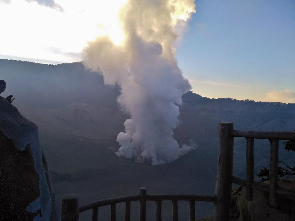 Tangkuban Perahu - plume of er.phréatique the 26.07.2019 / 17h29 - according to video
