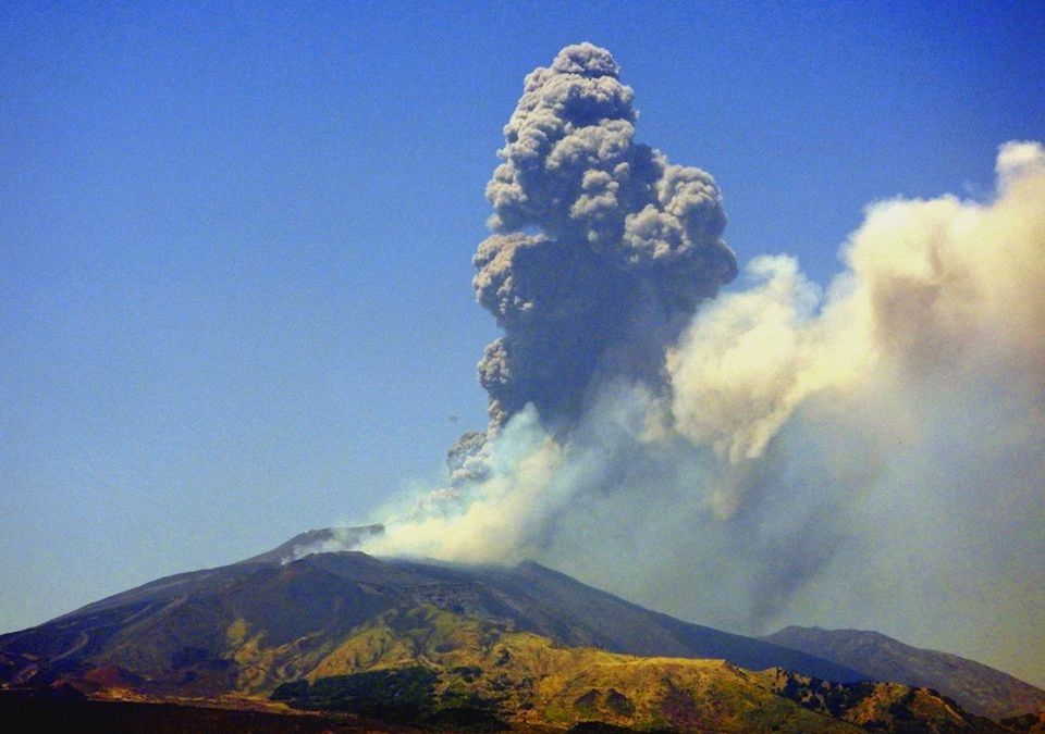 Etna NSEC - 27.07.2019 / 12:21 UTC - ash plume at 7.5 km asl. - photo INGVvulcani