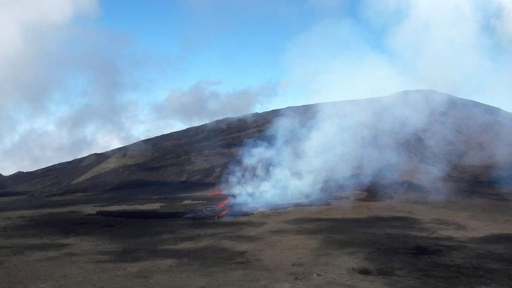 Piton de La Fournaise - first images of the eruptive site, with three visible fissures in the Rosemont area - (c) OVPF-IPGP