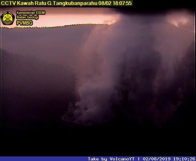 Tangkuban Parahu - respectivement le 02.08.19 à 18h07, et le 03.08.19 à 8h57 - webcam PVMBG