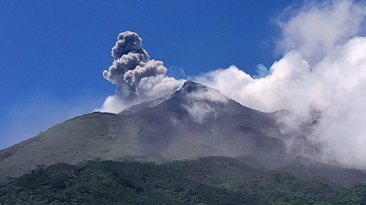 Karangetang - plume of ashes and gas on 05.08.2019 - photo Badan Geologi