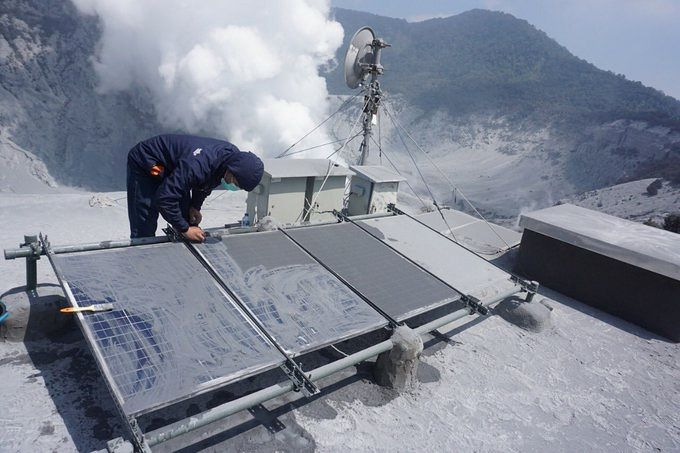 Tangkuban Parahu - cleaning of the panels of power and important degassing of water vapor - photo Badan Geologi