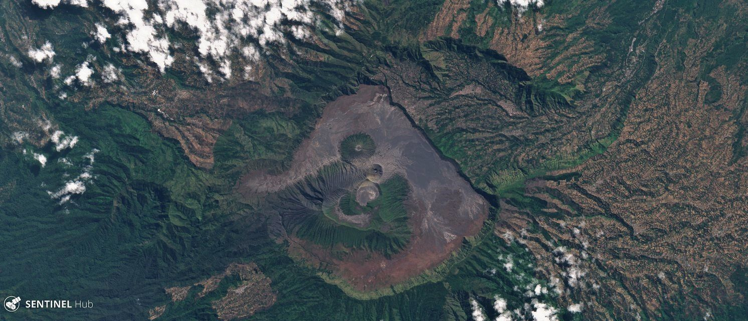 Bromo / Tengger caldera - image Sentinel-2 L1C nat colors from 04.08.2019 - one click to enlarge