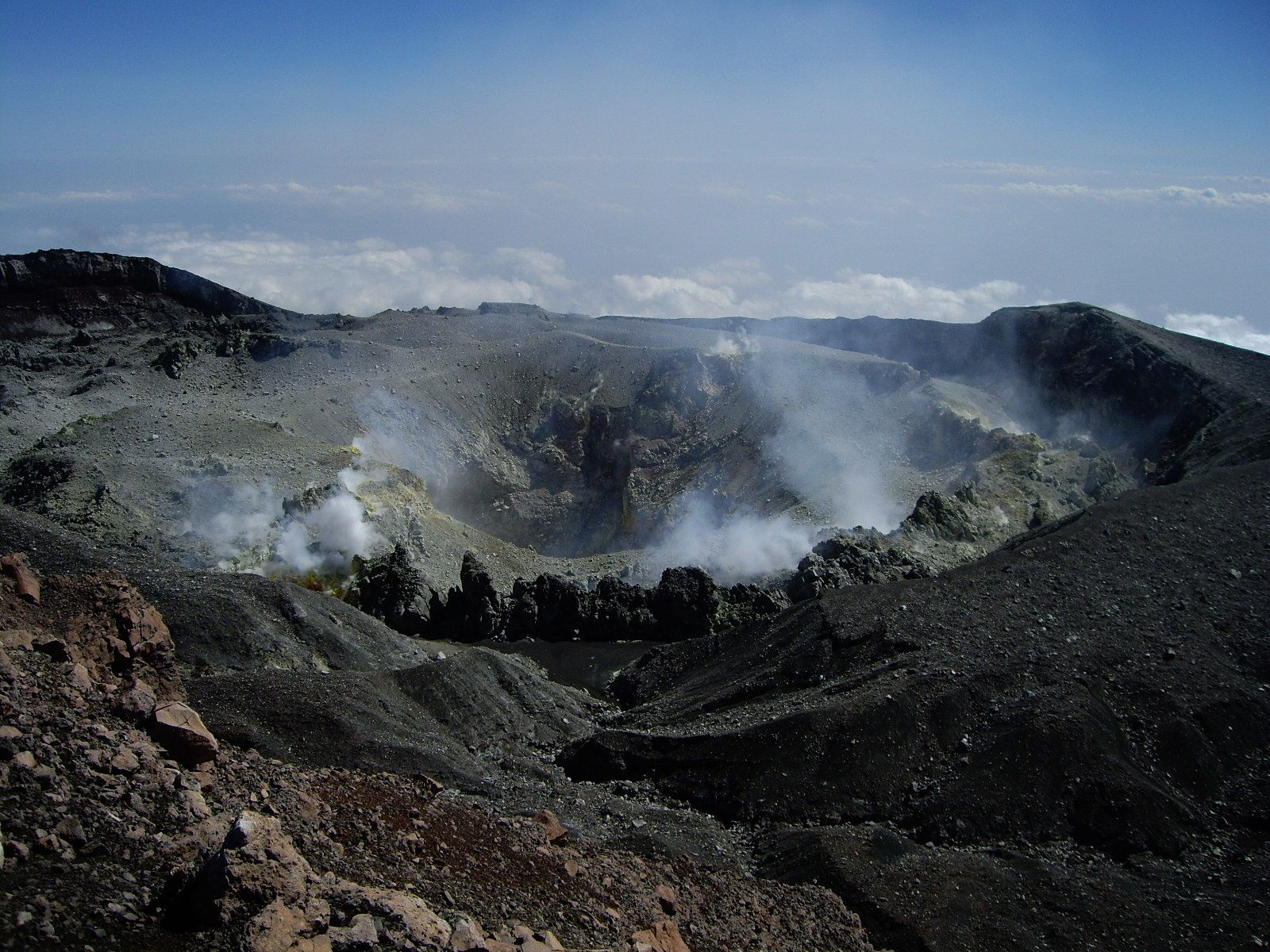 The crater of Slamet - photo R.Woodall
