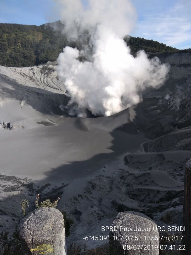 Tangkuban Parahu - white plume of steam and gas 07.08.2019 / 7h41 - photo BPBD