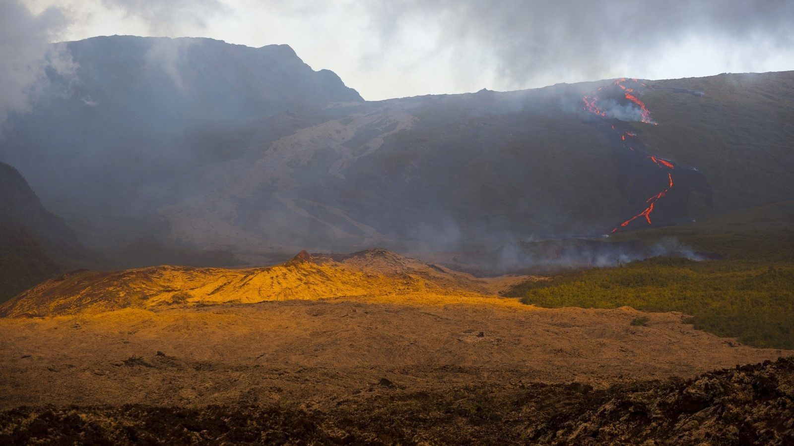 Piton de La Fournaise - the lava plays hide-and-seek with the mist - - photo © Thierry Sluys 13.08.2019