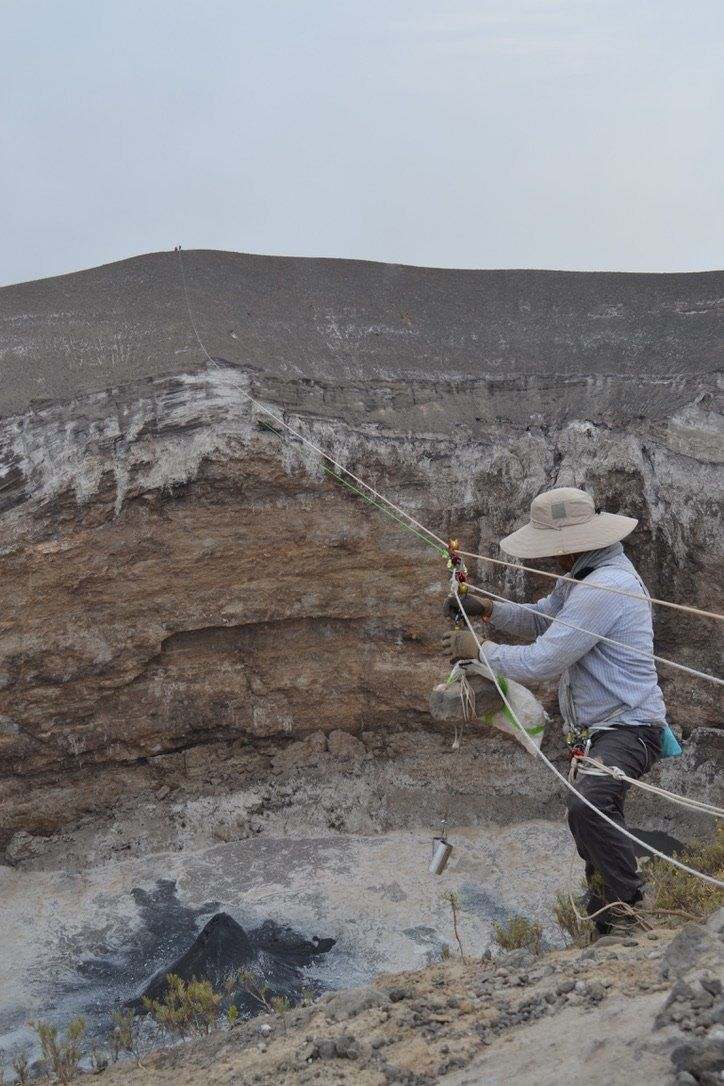 Ol Doinyo Lengai - sampling of lava natrocarbonatite in the crater of the volcano - photos Kate Laxton 17.08.2019 / Twitter