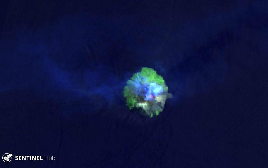 Kadovar hot spot et panache de cendres et gaz - image Sentinel-2 L1C  bands 12,11,4 du 18.08.2019 - un clic pour agrandir