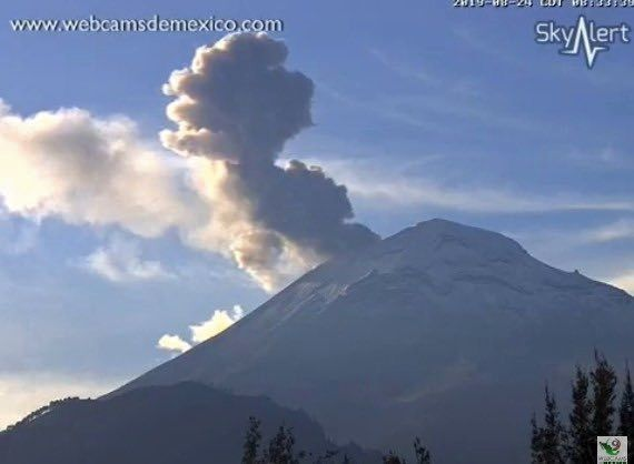 Popocatépetl - explosion at 1,500 m height on 24.08.2019 / 08h33 - webcamsdeMexico