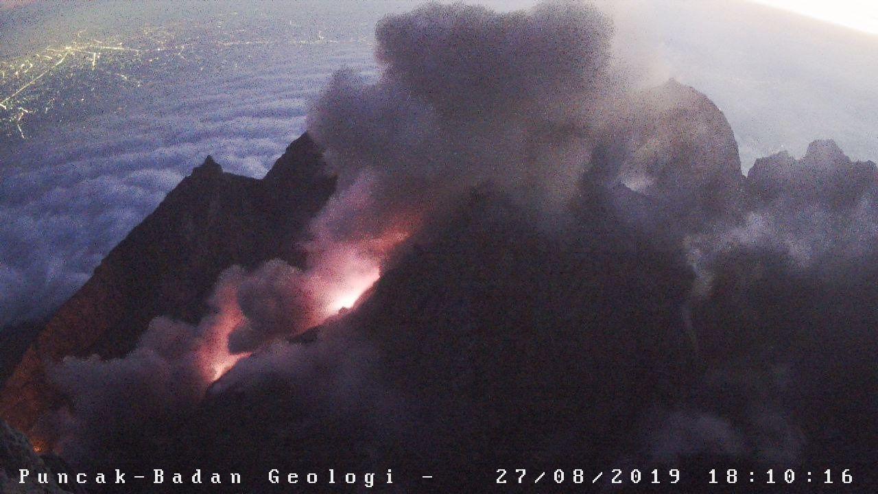 2019.08.27  18h10 Merapi - coulée pyroclastique le 27.08.2019 / 18h10 WIB (avec les lumières de Yogjakarta à gauche) - Doc. BPPTKG