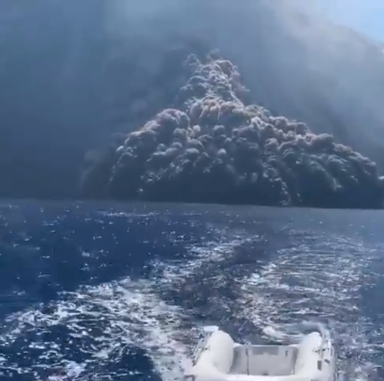 "Stromboli - Pyroclastic flow in the sea on 28.08.2019 - a Remake of ""la mort aux trousses"" - extract Pietro Centineo video"