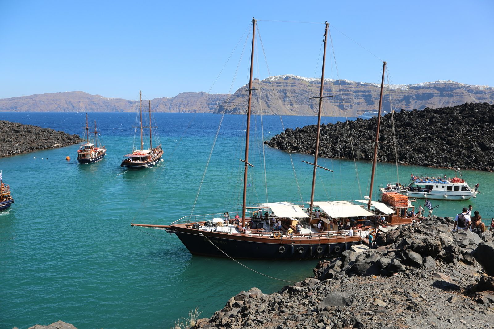 Santorini - docking on Néa Kameni between the lava flows ; in the background, the edge of the caldera, and the city of Fira - photo © Bernard Duyck 2019