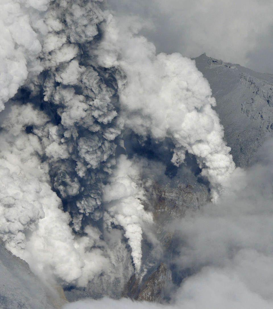 Ontake - panaches de cendres de l'éruption phréatique mortelle du 27.09.2014 - photo archives Kyodo news