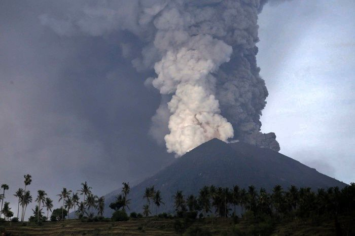 Agung - éruption avec double panache le 26.11.2017  - Doc.Reuters