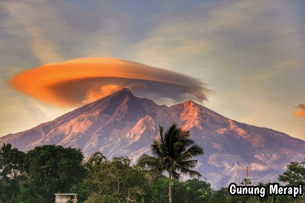 Merapi - topped with a lenticular cloud - photo Merapi News 03.10.2019
