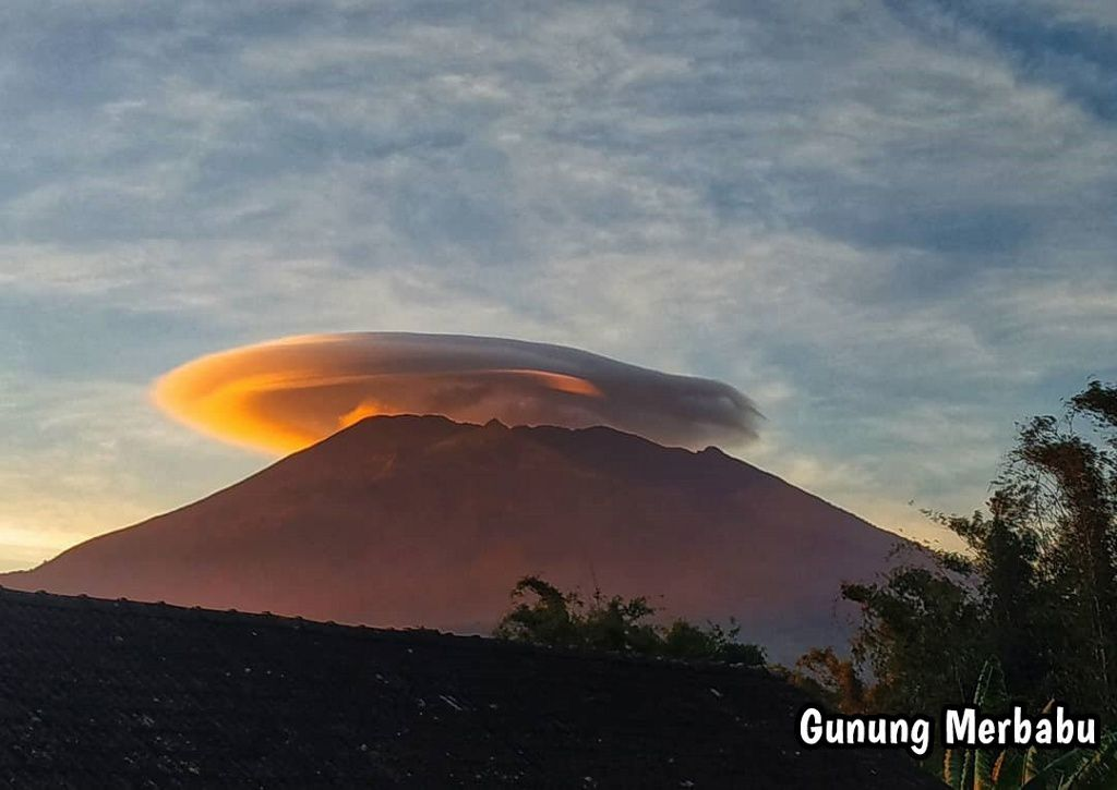 Merbabu - headed by a lenticular cloud - photo Merapi News 03.10.2019