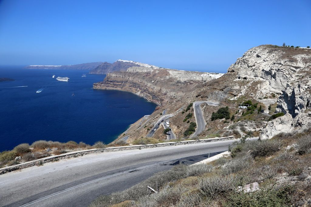 Santorini - The internal cliffs of Thêra are exposed, from left to right, Oia, Fira and the road to the port of Athinios - photo © Bernard Duyck 09.2019