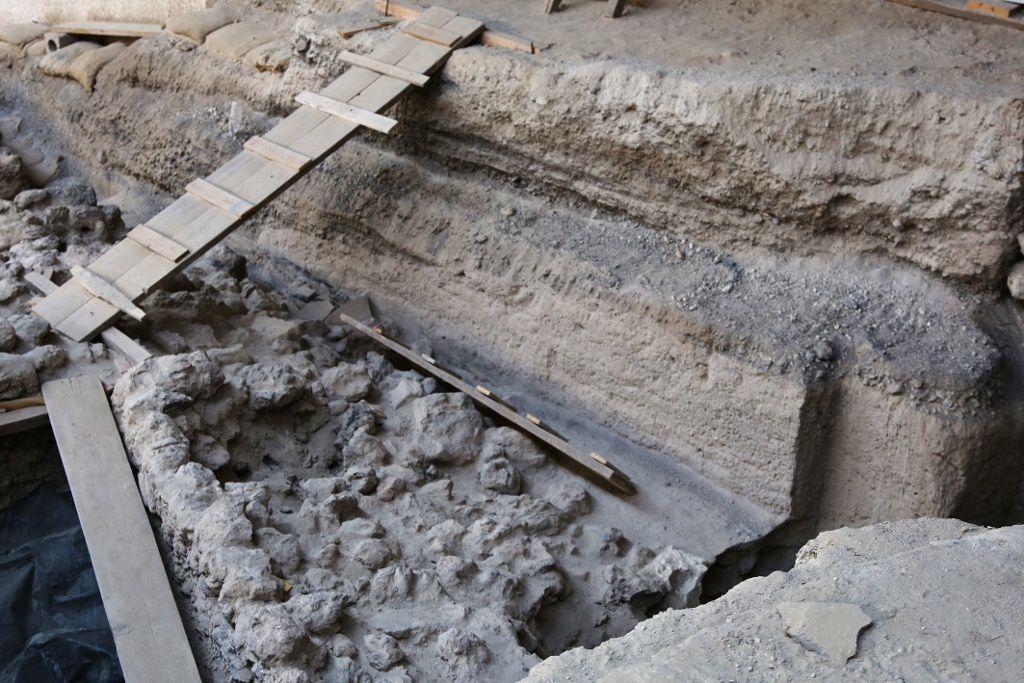 Santorin - site archéologique d'Akrotiri - stratification des dépôts de cendres et ponces - photo © Bernard Duyck 09.2019