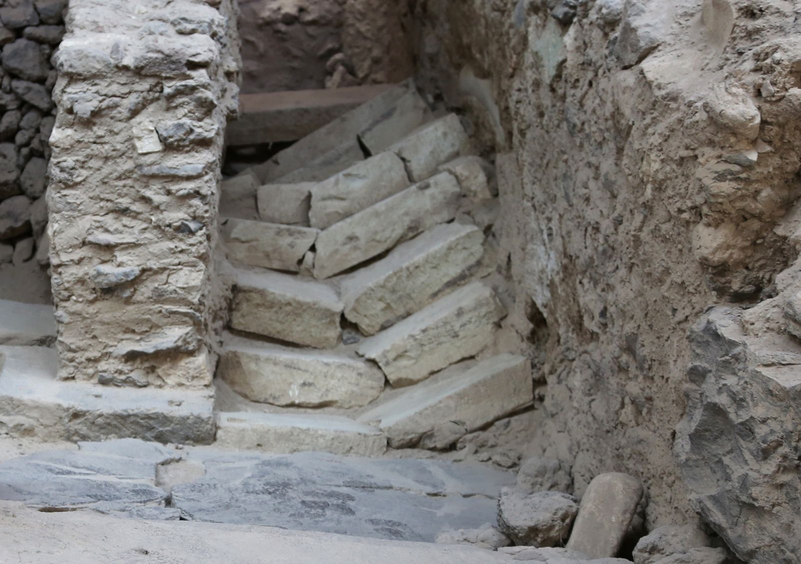 Santorini - archaeological site of Akrotiri - broken stairs in the delta complex of excavations - photo © Bernard Duyck 09.2019