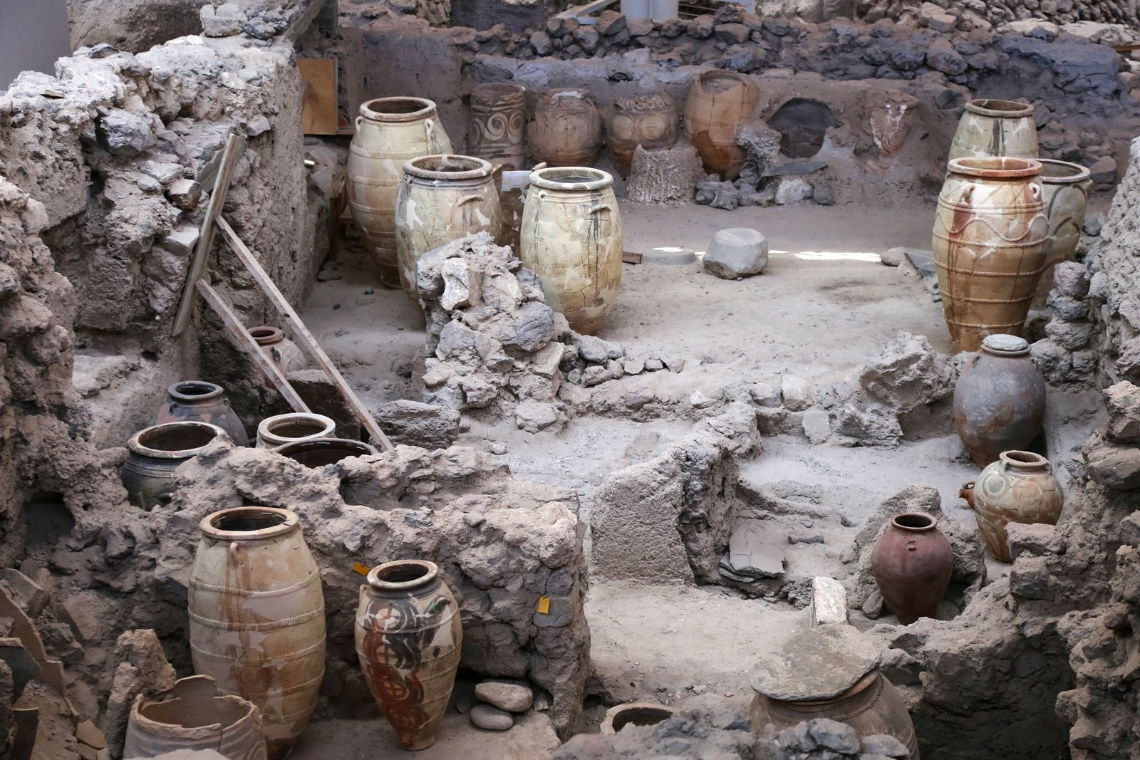 "Santorini - archaeological site of Akrotiri - Shop with ""pithois"" (large storage jars) - photo © Bernard Duyck 09.2019"