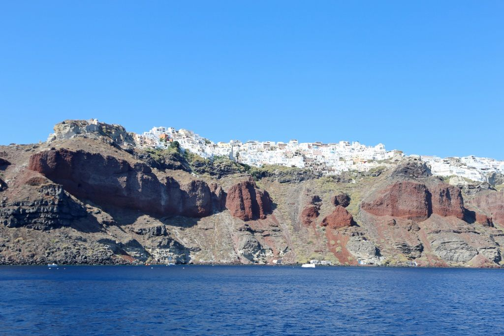 Santorini - the walls of the caldera under Oia - photo © Bernard Duyck 09.2019