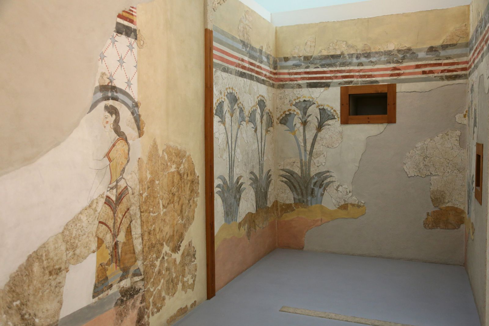 Akrotiri - frescoes of the House of the Ladies - Museum of Prehistory - photo © Bernard Duyck 09.2019