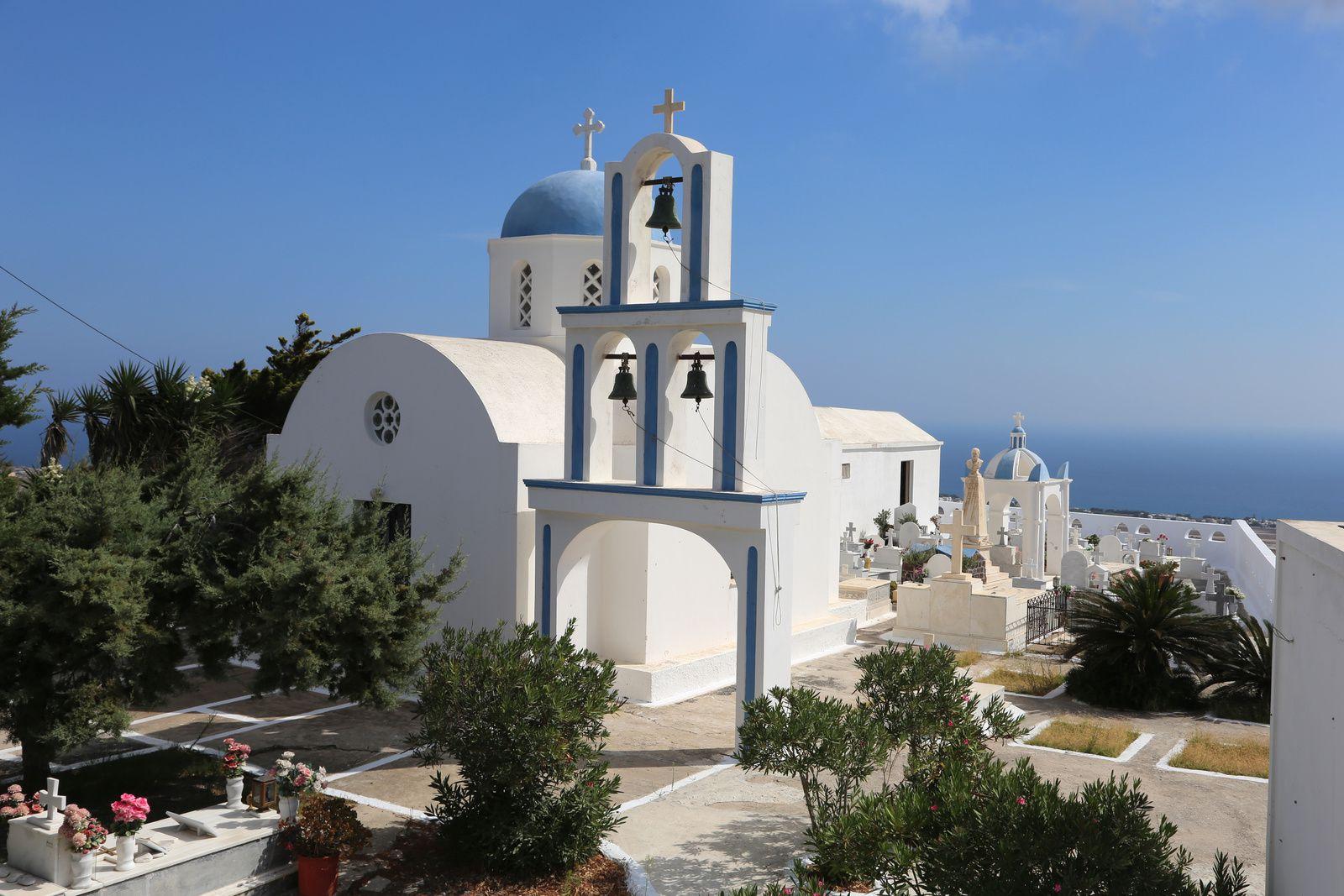 Santorin - Pyrgos - église et son cimetière, surplombants la caldeira - photo © Bernard Duyck 09.2019