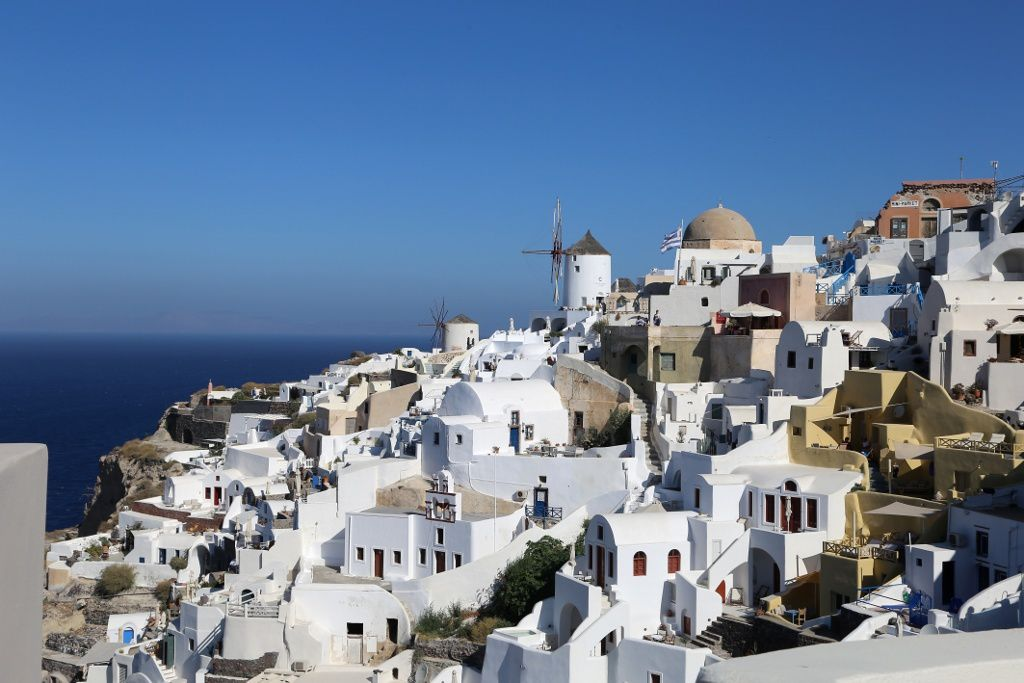Santorini - Oia, some mills, and its houses with flat roofs, or semi-cylindrical or semi-spherical cupolas, separated by a few alleys on stairs - photo © Bernard Duyck 09.2019