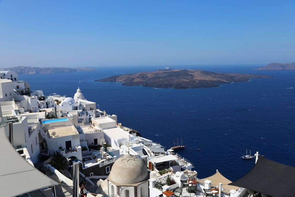 Santorini - the houses of Fira hanging on the walls of the caldera - in the background, the set of domes and lava flows of Nea Kameni - photo © Bernard Duyck 09.2019