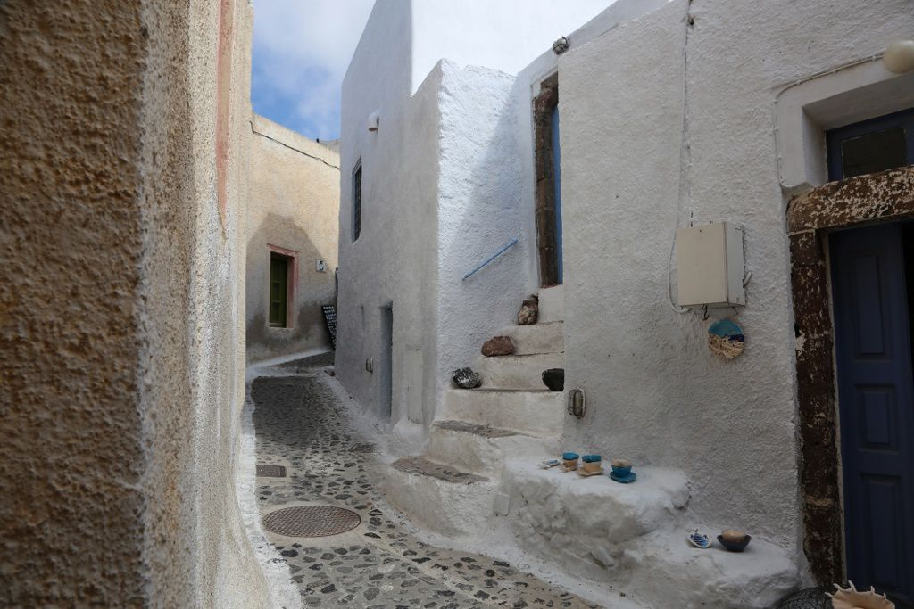 Santorini - Pyrgos Callisti - White houses with blue doors in alleys where it is good to get lost - photo © Bernard Duyck 09.2019