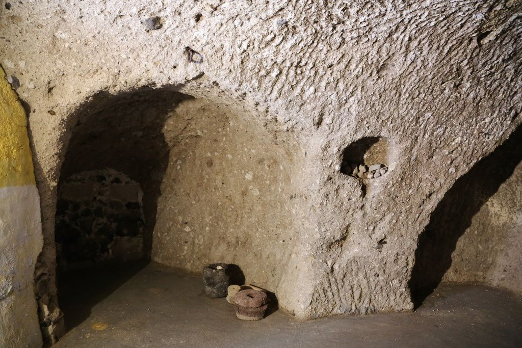 Santorini - Megalochori - the two rooms of a troglodyte dwelling, excavated in cellar in the pumiceous ground under the current house - photo © Bernard Duyck 09.2019