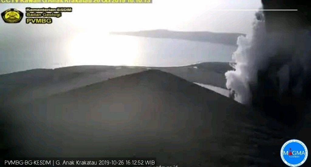 Anak Krakatau - épisodes éruptifs du 26.10..2019, respectivement à 8h03 et 16h10 - webcam PVMBG