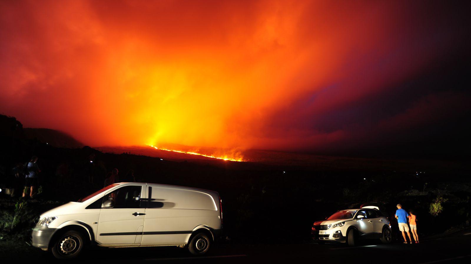 Piton de La Fournaise : Dès le début, les coulées avancent vite dans les Grandes Pentes - la vue sur leur origine basse est occultée par les nuages et les gaz - photo © Thierry Sluys 25.10.2019