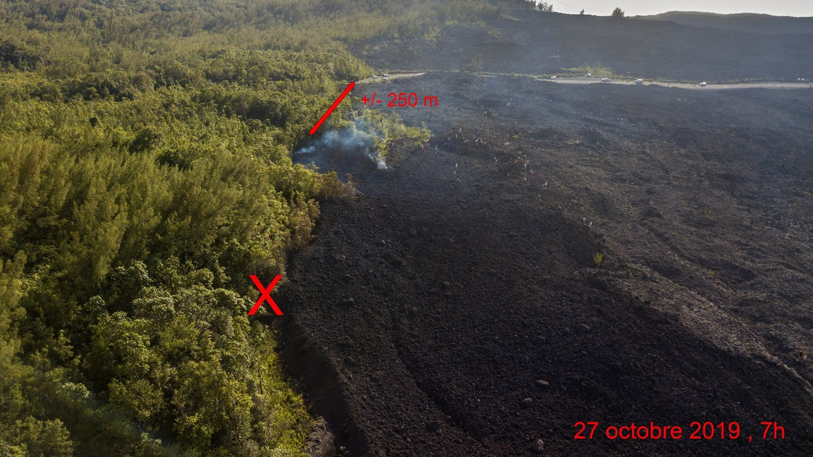 Piton de La Fournaise - in one day, the lava front did not progress much, before stopping at about 250 m from RN2 ; the cross marks the position of the lava front on 26.10.2019 at 07h. - photo © Thierry Sluys 26 and 27.10.2019