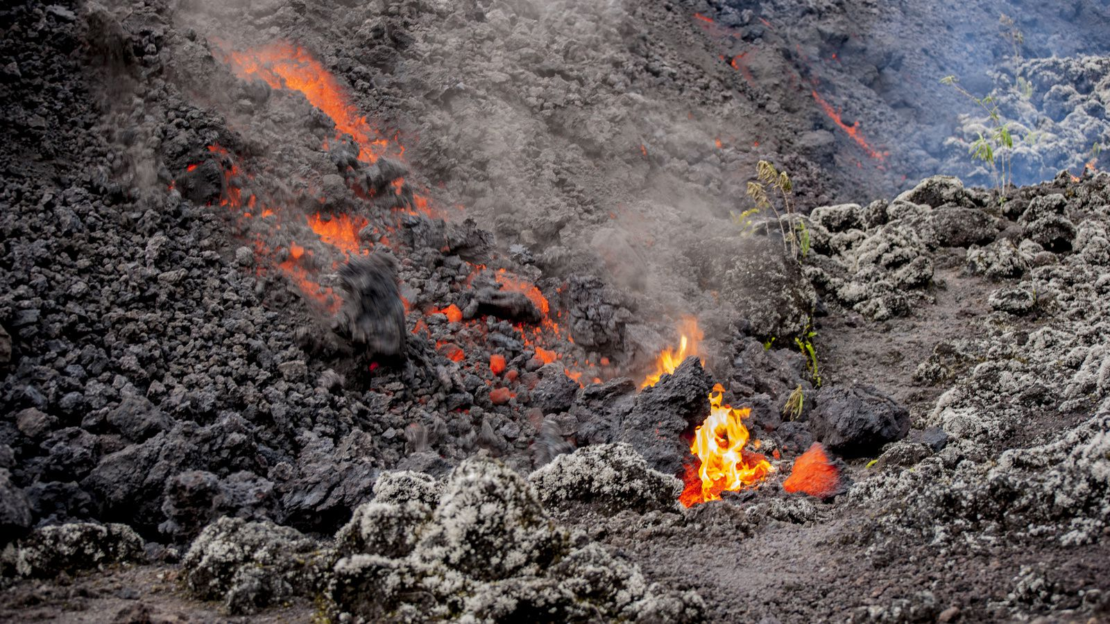 Piton de La Fournaise - the lava front is animated by the rolling blocks - photo © Thierry Sluys 26.10.2019