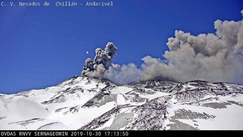 Nevados de Chillan - explosions et panaches du 30.10.2019 respectivement à 15h43 webcam portezuelo et à 17h13 webcam Andarivel - Doc. Sernageomin