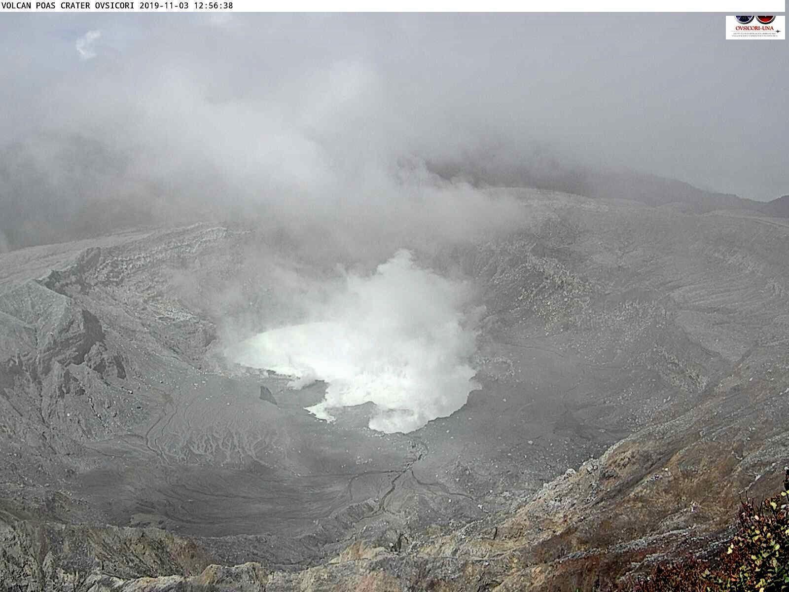 Poas - 03.11.2019 / 12h56 -  le lac se remplit peu à peu , avec une diminution des fumerolles - mauvaise visibilité due aux intempéries - webcam Ovsicori