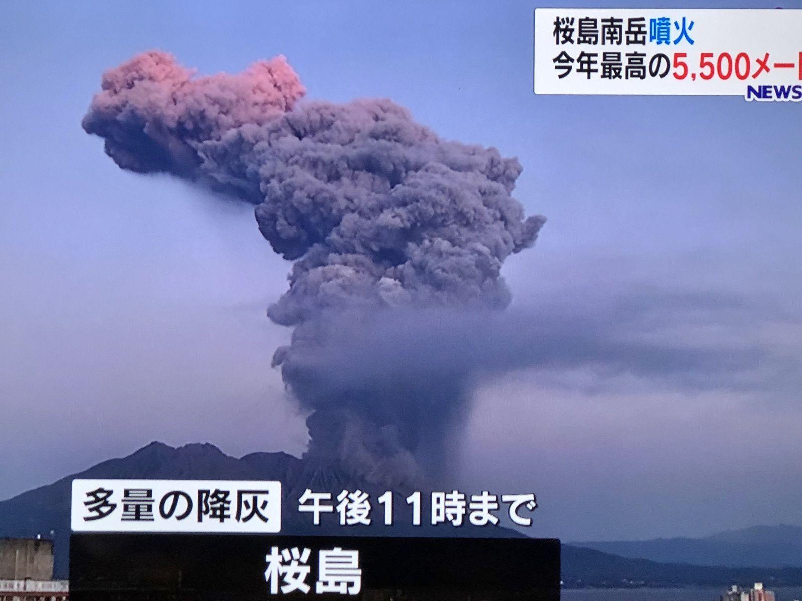 Sakurajima - épisode éruptif du 08.11.2019 ; le panache s'est développé jusqu'à 5.500 m. au dessus du cratère